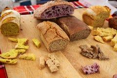 Domowej roboty zdrowy chlebowy gluten uwalnia Kolorowy chleb robić od zdrowych zboży zdrowy bezpłatny chleb, korzeniasty tła text obraz stock