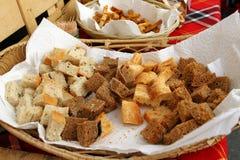 Domowej roboty zdrowy chlebowy gluten uwalnia Kolorowy chleb robić od zdrowych zboży zdrowy bezpłatny chleb, korzeniasty tła text zdjęcia royalty free
