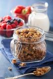 Domowej roboty zdrowy granola w szklanym słoju i jagodach Obraz Stock