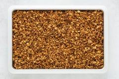 Domowej roboty zdrowy granola z owsami, dokrętkami i miodem na tacy, fotografia stock