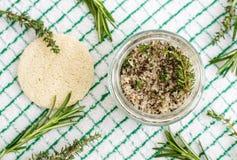 Domowej roboty ziołowej pętaczki nożny namok lub kąpielowa sól z rozmarynami, macierzanką, morze solą i oliwą z oliwek, Naturalna obraz stock