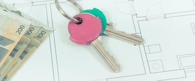 Domowi klucze i waluty euro na elektrycznym budowa budynek mieszkalny planie, pojęciu wynajmowanie lub sprzedawanie domu, obraz stock