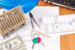 Domowi klucze, waluta dolar, elektryczni diagramy i akcesoria dla inżynier prac na biurku buduje do domu kosztu pojęcie, Obrazy Stock