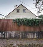 Domowi popiera kogoś ogrodzenie liście obrazy stock