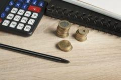 Domowi savings, budżeta pojęcie Kalkulator, pióro i monety na biuro stole, Zdjęcie Royalty Free