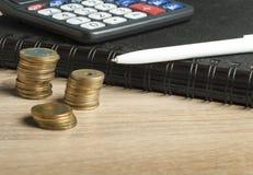 Domowi savings, budżeta pojęcie Kalkulator, pióro i monety na biuro stole, Zdjęcie Stock