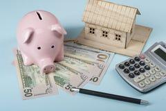 Domowi savings, budżeta pojęcie Wzorcowy dom, notepad, pióro, kalkulator i monety na drewnianym biurowego biurka stole, Zdjęcia Royalty Free
