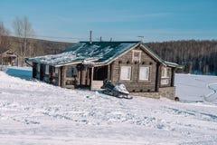domowi wiejscy cienie snow śladów drzew wioski zima Domy w Syberia pod śniegiem Budynki w śniegu Wieś w zimie obraz royalty free