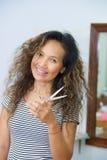 Domowy ładny azjatykci fryzjer z nożycami obraz royalty free