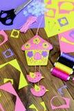 Domowy ścienny wystrój Colourful filc domu wystrój z ptakami i kwiatami Wykonuje ręcznie materiały i narzędzia na drewnianym stol Zdjęcie Royalty Free
