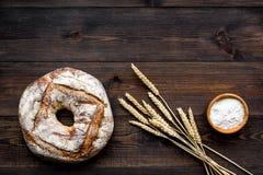 Domowy chleb z klasycznym przepisem Round bochenek blisko ucho banatka na ciemnej drewnianej tło odgórnego widoku kopii przestrze Zdjęcia Stock