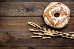 Domowy chleb z klasycznym przepisem Round bochenek blisko ucho banatka na ciemnej drewnianej tło odgórnego widoku kopii przestrze Zdjęcie Royalty Free