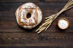 Domowy chleb z klasycznym przepisem Round bochenek blisko ucho banatka na ciemnej drewnianej tło odgórnego widoku kopii przestrze Obrazy Royalty Free