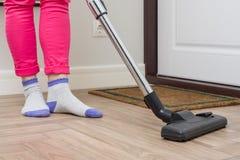 Domowy cleaning Kobieta czyści używać próżniowego cleaner fotografia royalty free