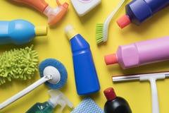 Domowy cleaning produkt na żółtym tle Zdjęcia Royalty Free