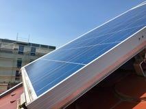 Domowy dach z panel słoneczny na wierzchołku Zdjęcie Stock