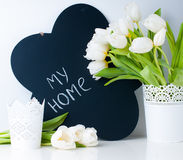 Biali tulipany i kredowa deska Zdjęcia Royalty Free