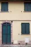 Domowy drzwi Rimini i nadokienny szczegół Zdjęcie Royalty Free