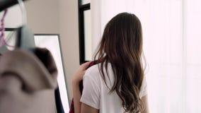 Domowy garderoby lub odzieży odmieniania sklepowy pokój Azjatycka młoda kobieta wybiera jej moda strój odziewa w szafie lub sklep zbiory wideo