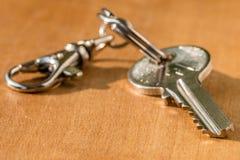 Domowy klucz na łańcuchu na stole Fotografia Royalty Free