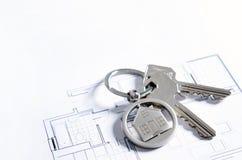 Domowy klucz na domowym kształtnym breloczku Zdjęcia Royalty Free