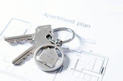 Domowy klucz na domowym kształtnym breloczku Zdjęcie Stock