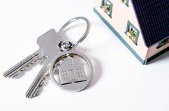 Domowy klucz na domowym kształtnym breloczku Fotografia Stock