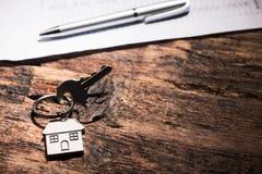 Domowy klucz na drewnianym stole Fotografia Stock