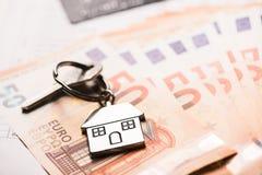 Domowy klucz na euro banknotach Obrazy Stock