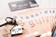 Domowy klucz na euro banknotach Zdjęcie Stock