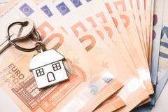 Domowy klucz na euro banknotach Zdjęcia Stock