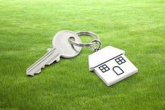Domowy klucz na trawy tle Obraz Stock