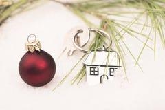 Domowy klucz w śniegu Zdjęcie Royalty Free