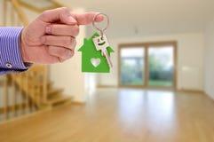 Domowy klucz w ręce agent nieruchomości Obrazy Stock