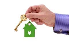 Domowy klucz w ręce agent nieruchomości Obrazy Royalty Free