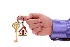 Domowy klucz w ręce agent nieruchomości Zdjęcie Royalty Free