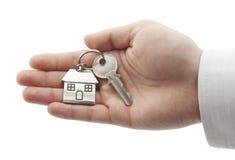 Domowy klucz w ręce odizolowywającej na biel Fotografia Royalty Free