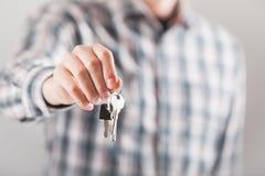 Domowy klucz w ręce Obrazy Royalty Free