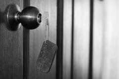 Domowy klucz z drewnianym domowym keychain w keyhole, majątkowy pojęcie zdjęcie stock