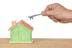 Domowy klucz z miniaturowym domem Zdjęcie Royalty Free