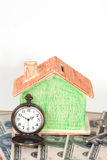 Domowy klucz z miniaturowym domem Fotografia Stock