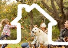 Domowy kontur z rodziną ma zabawę w tle Zdjęcia Stock