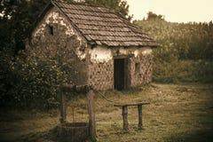 Domowy koszary z starym dobrze w jardzie zdjęcia stock