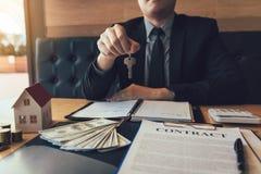 Domowy kupienie makler trzyma klucz obrazy stock