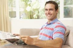 domowy mężczyzna gazety czytanie Zdjęcie Stock