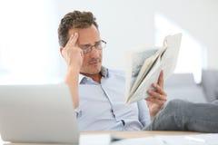 domowy mężczyzna gazety czytanie Zdjęcia Stock