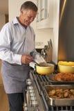 domowy mężczyzna posiłku narządzanie fotografia stock