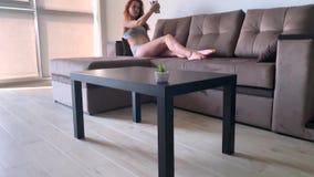 domowy m?drze Czyścić domu mechaniczny próżniowy czystego, gdy kobiety opierać się na kanapach bawić się telefony komórkowych zbiory wideo