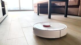 domowy m?drze Próżniowy czysty robot biega na drewnianej podłodze w żywym pokoju zbiory