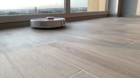 domowy m?drze Robota próżniowy czysty wykonuje automatyczny czyścić mieszkanie przy pewnym czasem zdjęcie wideo